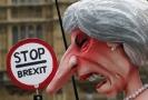 Karikatura britské premiérky Theresy Mayové, se kterou dnes demonstranti vystoupili před budovu parlamentu.