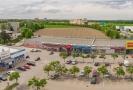 Přímo u rušné křižovatky Strakonické a Plzeňské v Českých Budějovicích je umístěn retail park pronajatý nájemcům jako Penny, Teta Drogerie nebo PEPCO. Retail park disponuje vlastním parkovištěm a nachází se v pohodlné pěší vzdálenosti pro obyvatele sousedícího sídliště.