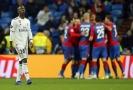 Smutný pohled Viniciuse z Realu, v pozadí se radují hráči CSKA.
