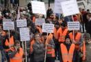 Demonstrace odborářů před sídlem ČEZ v Praze za vyšší růst mezd.