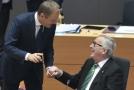 Donald Tusk se zdraví s Jeanem-Claudem Junckerem.