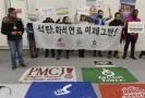 Demonstrace mladých aktivistů, kteří na summitu protestovali.