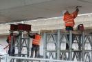Práce na jednom z mostů u stanice metra Vltavská.