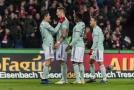 Fotbalisté Bayernu slaví po brance.
