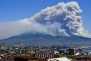 Sopka Vesuv, pohled z města Neapol.