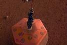 Sonda InSight umisťuje na Marsu seismometr SEIS.