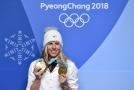 Ester Ledecká se svými medailemi ze ZOH v Číně.