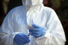 Zdravotník s očkováním proti ebole v Kongu.