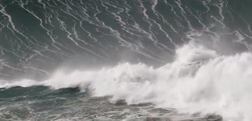 U městečka Nazaré čekají na surfaře gigantické vlny.