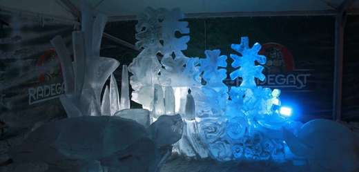 Řezbáři měli k dispozici 40 tun ledu dovezeného z opavských mrazíren.