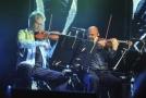 David Harrington (vlevo) a John Sherba z amerického smyčcového kvarteta Kronos Quartet.