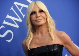 Donatella Versace převzala otěže rodinné firmy.