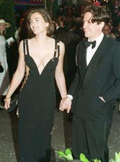 Elizabeth Hurleyová v ikonických šatech se spínacími špendlíky.
