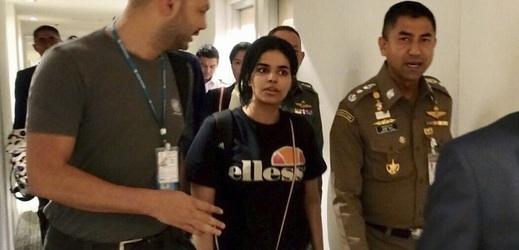 Rahaf Kunúnová před opuštěním bangkockého letiště.