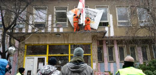 Aktivisté nechtějí opustit budovu.