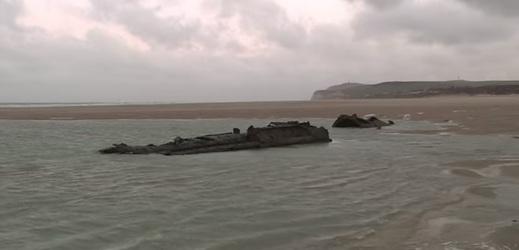 Vrak německé ponorky UC-61, který se objevil na francouzském pobřeží poblíž Calais.