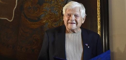 Osmaosmdesátiletý Jiří Brady, který byl za druhé světové války vězněn v Terezíně a Osvětimi a přežil pochod smrti, převzal 31. října 2016 v Brně od primátora Petra Vokřála pamětní list a medaili jako poděkování za svou osvětovou práci.