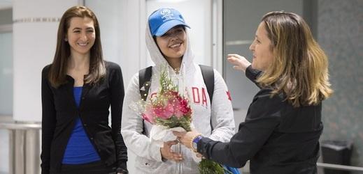 Kanadská ministryně zahraničí (vpravo) vítá  Rahaf Kunúnovou (uprostřed).