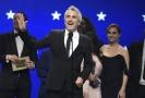 Režisér Alfons Cuarón přebírá cenu za film Roma.