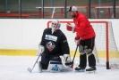 Bývalý hokejový brankář Adam Svoboda během tréninku extraligových Pardubic (vpravo).