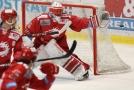 Brankář Třince Šimon Hrubec chytá puk v zápase hokejové extraligy proti Vítkovicím.