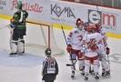Třinečtí hokejisté slaví jednu z branek do sítě Karlových Varů.