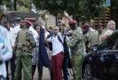 Keňské ozbrojené složky vyvádějí civilisty z hotelu.