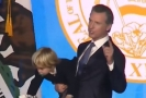 Malý syn guvernéra Kalifornie se během otcova proslovu nudil.