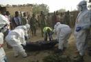 Odklízení obětí po útoku teroristů z Boko Haram.