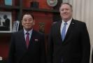 Emisar KLDR, Kim Jong-čcholem (vlevo), ministr zahraničí USA, Mike Pompeo (uprotřed) a speciální zástupce pro Severní Koreu, Stephen Biegu.