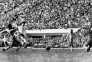 ČSSR-Brazílie finále MS Josef Masopust střílí jedinou branku našeho mužstva. Vlevo Zozimo, vpravo brankář Gilmar a obránce D. Santos.