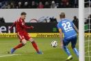 Záložník Bayernu Mnichov Leon Goretzka vstřílí vedoucí branku v zápase s Hoffenheimem.