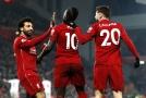 Zleva Salah, Mané a Lallana slaví branku do sítě Crystalu Palace.