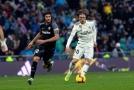 Luka Modrič z Realu si navádí míč v souboji proti Seville.