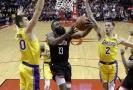 James Harden mezi soupeři z Lakers.