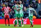 Hráči Betisu Sevilla slaví vítězství v utkání s Gironou.