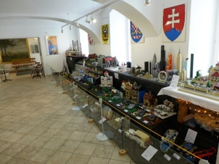 Výstava vznikla ve spolupráci s internetovým fórem Kostky.org, které sdružuje nadšence a fanoušky světoznámé stavebnice LEGO.
