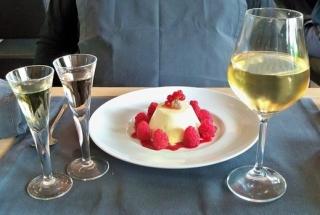 Bílé víno a ovocný dezert.