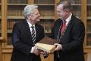 Joachim Gauck (vlevo) přebírá ocenění z rukou Tomáše Zimy.