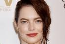 Emma Stone hraje ve filmu Favoritka, který je nominován na deset Oscarů.