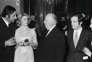 Catherine Deneuveovová v růžové róbě na setkání s Alfredem Hitchcockem.