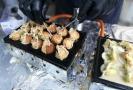 Grilované kuličky Takoyaki plněné chobotnicí, přelité naší omáčkou BBQ, japonskou majonézou a posypané Bonito sušeným tuňákem.