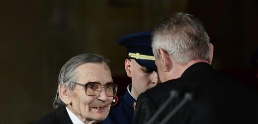 Novinář Karel Lánský dostává vyznamenání od prezidenta Miloše Zemana.