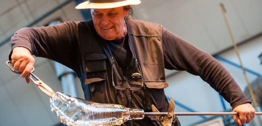 Legenda českého ateliérového skla a sklářského designu Jiří Šuhájek předvedl své umění 4. října 2018 na úvod mezinárodního sklářského sympozia (IGS) v Novém Boru.