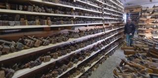 Radek Kolouch se svým bratrem Milošem budují pro svou sbírku hoblíků, seker a dalšího náčiní v obci Frankův Zhořec na Žďársku muzeum věnované historii zpracovávání dřeva.