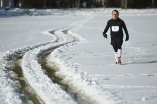 Sníh i bortící led. Maratonci běhali po zamrzlém Lipnu.