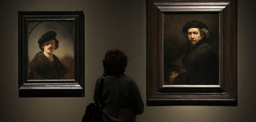 Návštěvnice clevelandské galerie pozoruje Rembrandtovy autoportréty.