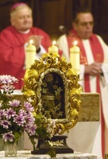 Mši k uctění památky svatého Valentýna, ve světském pojetí patrona zamilovaných, celebroval 14. února biskup Karel Herbst (vlevo) v bazilice sv. Petra a Pavla v Praze na Vyšehradě.