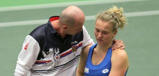 Trenér Petr Pála utěšoval po čtyřhře Kateřinu Siniakovou.