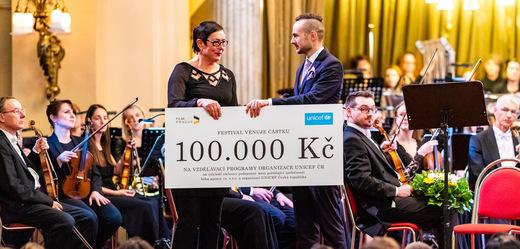 Ředitel festivalu Nikola Bojcev předává šek zástupkyni UNICEF ČR.